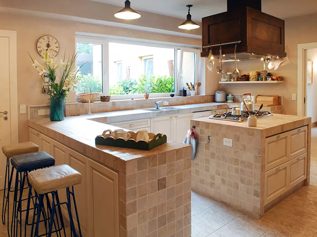Nhà bếp sáng tạo với chất liệu gạch men được bọc xung quanh vừa sạch sẽ lại mang đến sự ấn tượng rất riêng cho không gian