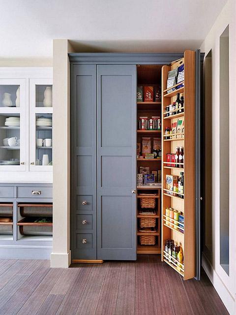 Nhà bếp sáng tạo với hệ tủ kho lưu trữ các loại đồ khô trong nhà bếp