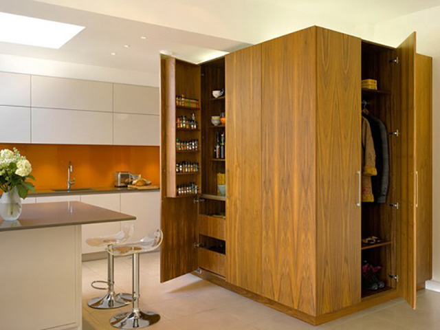 Tủ kho được thiết kế ẩn bên trong chiếc tủ đứng cho một không gian nhà bếp sáng tạo, gọn gàng, ngăn nắp
