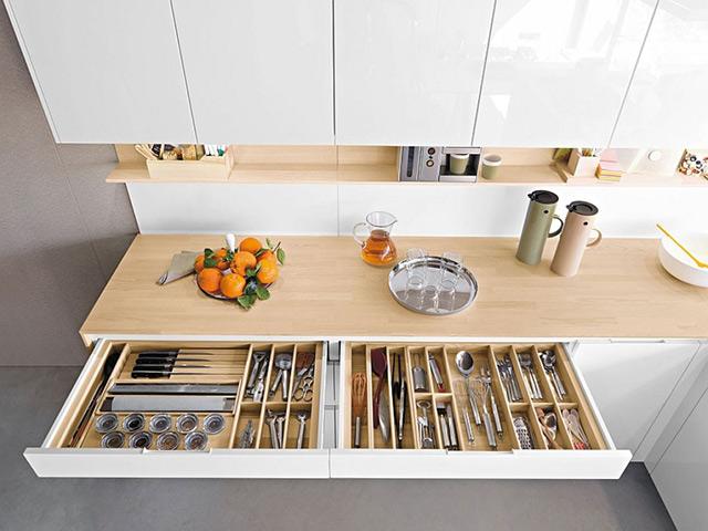 Không gian nhà bếp sáng tạo với ngăn kéo tủ thiết kế phân chia các khoang chứa đồ dùng tiện ích
