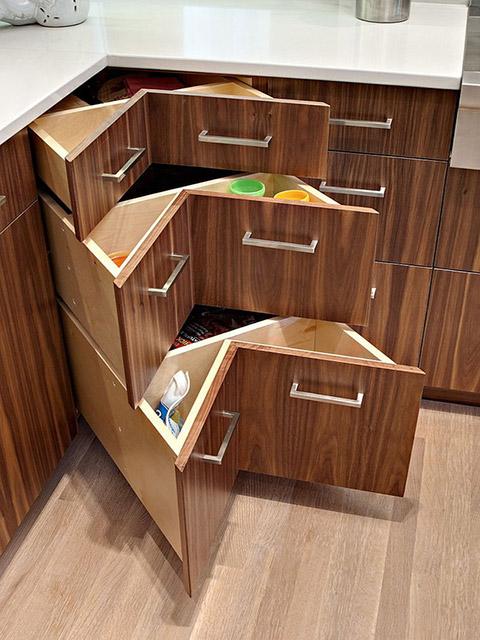 Nhà bếp sáng tạo và cực tiện ích với thiết kế ngăn kéo tủ kiểu chữ V ngược giúp tận dụng tối đa góc tường chết